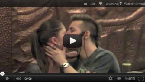 Pocałunek dopełnia podryw kobiety
